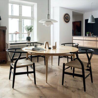 wegner-y-spisebordsstole-soren-hvalsoe-garde-herskabslejlighed-TzD_ZjI8yqBbEe45blQ4UQ